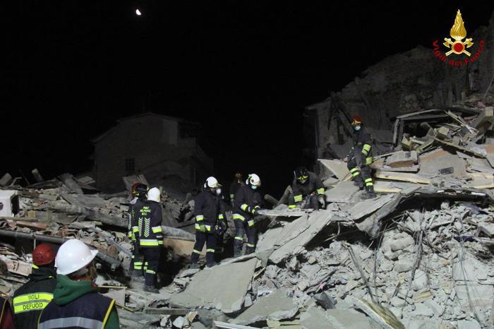 I vigili del fuoco al lavoro per scavare tra le macerie nella notte, nelle zone colpite dal terremoto, Amatrice, 25 agosto 2016. ANSA/ VIHILI DEL FUOCO ++HO - NO SALES EDITORIAL USE ONLY++