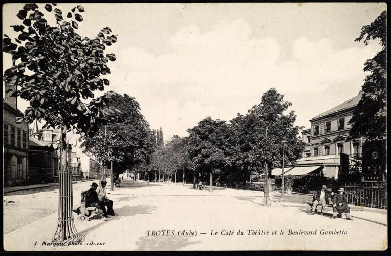 Carte postale, Troyes - Le Café du Théâtre et le Boulevard Gambetta, CPLOCAL06209, Médiathèque du Grand Troyes, photo P. Jacquinot, X. Sabot