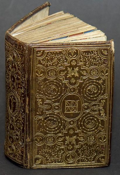 Reliure du manuscrit MS 3907, passionnaire et hymnaire du XVIe siècle, comportant 28 miniatures. Médiathèque du Grand Troyes, photo P. Jacquinot