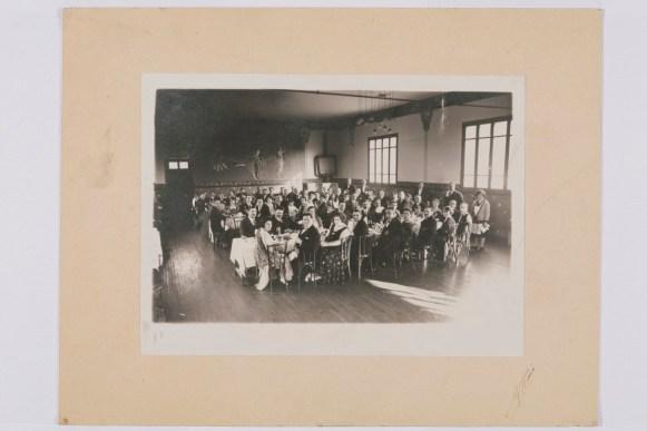 Photographie du banquet des fêtes de la bonneterie, 1909. N° inv. MB 6032-27. Collection Musée de la bonneterie. Photo copyright D. Vogel, Musée de la Bonneterie, Ville de Troyes.