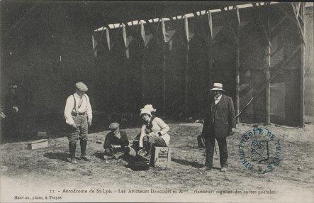 Pierre Daucourt en compagnie de Marie-Louise Driancourt lors du meeting de Troyes en 1911. [CP852]. Photo Médiathèque de Troyes Champagne Métropole