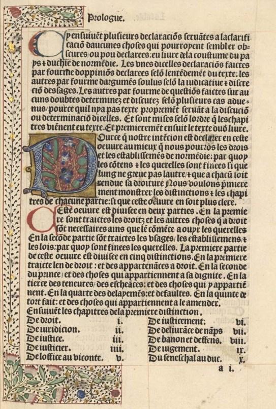 Première page du prologue des Coutumes de Normandie. Cette première page est décorée d'une enluminure sur la lettre initiale et d'une marge peinte. Imprimés à la presse, les incunables étaient parfois décorés et enluminés à la main : lors de l'impression, une place était laissée pour permettre à l'enlumineur de travailler. C'est une des principales caractéristiques qui les différencient des livres des siècles suivants. Imprimé à Paris, vers 1483. [Inc 245]. Photo Médiathèque de Troyes Champagne Métropole
