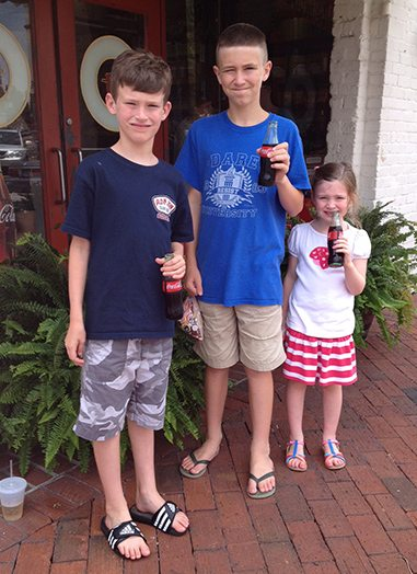 kids-with-cokes
