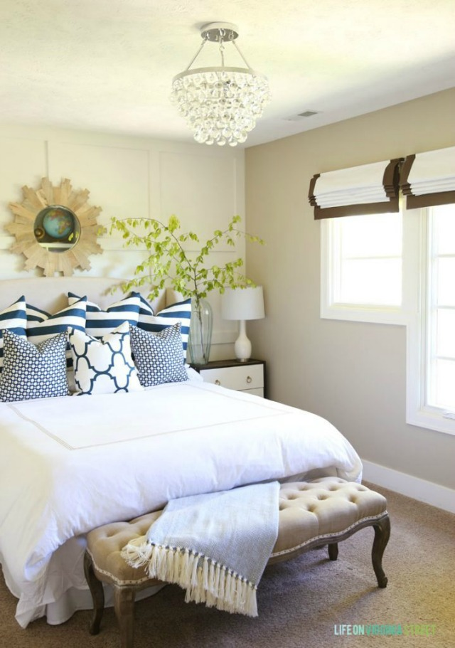 Blue-Green-and-White-Summery-Guest-Bedroom-via-Life-on-Virginia-Street-719x1024