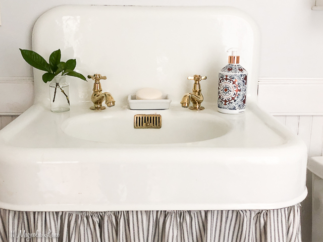 Vintage bathroom redo with black and white clawfoot tub and brass fixtures | 11 Magnolia Lane