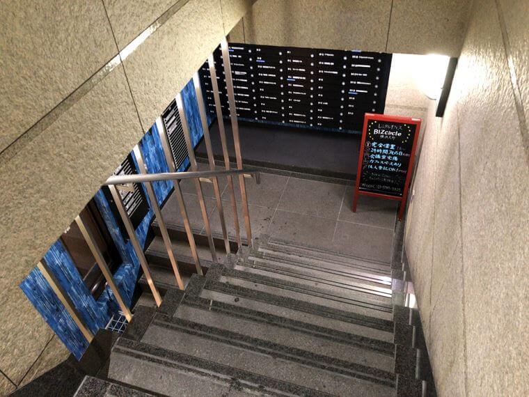 横浜元町ショッピングストリートにできた「BIZcomfort(ビズコンフォート)」の案内パネル写真