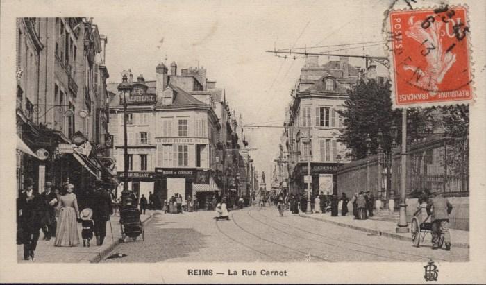 La rue Carnot avant la guerre avec le Chat Perçant à gauche.