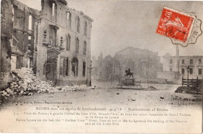 A gauche, les restes de l'Hôtel du Lion d'Or