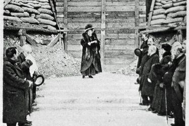 Mme Caristie Martel devant la cathédrale.jpg