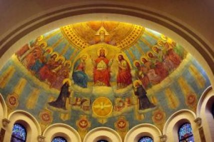 1024px-St._Benedict_Parish_(Terre_Haute,_Indiana),_interior,_detail_of_apse_mural,_the_Trinity_and_the_Heavenly_Court