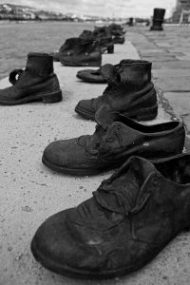 Chaussures_au_bord_du_Danube_(10352019953)