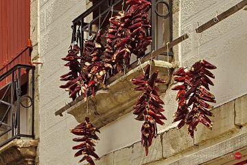 Chilis auf Schnüren