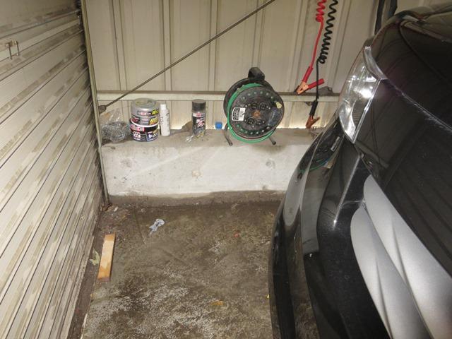 小市2丁目寺沢さん宅。小市用水への合流地点、車庫への浸水状況。対策が急がれます。
