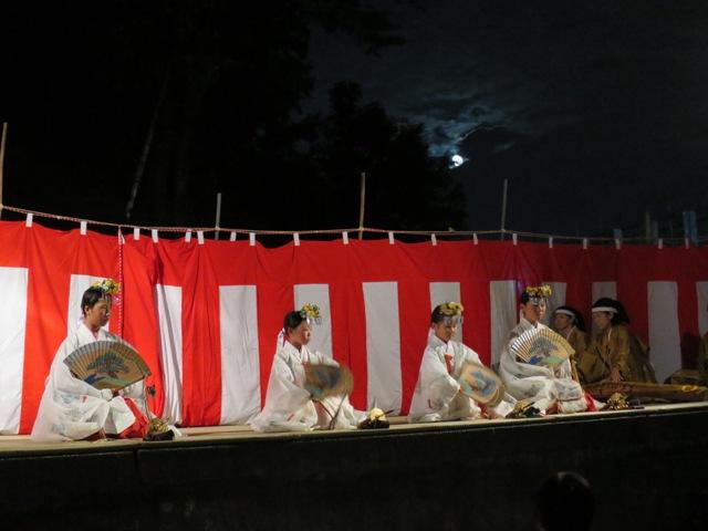 犀川神社秋祭り➋、巫女舞の披露、月夜で幻想的。