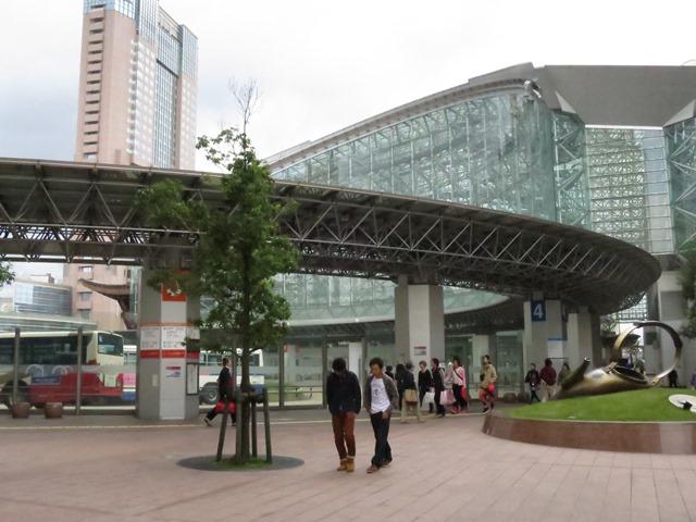 JR金沢駅前。歩行者空間やバスやタクシー乗り場を含め、整備中の長野駅前広場と比べると、正直、かなり寂しいものがあります。面的制限は仕方ありませんが…。