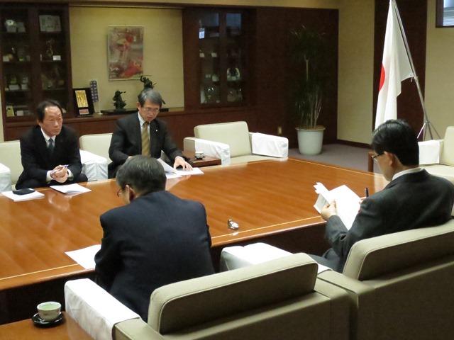 懇談の様子。手前右が加藤市長、左が樋口副市長。