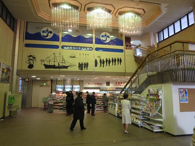 横須賀市役所1階のロビー。コンビニが展開。