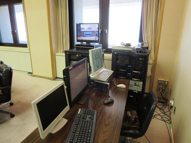 委員会室のネット中継の機材。事務局職員・委員会書記が担当する