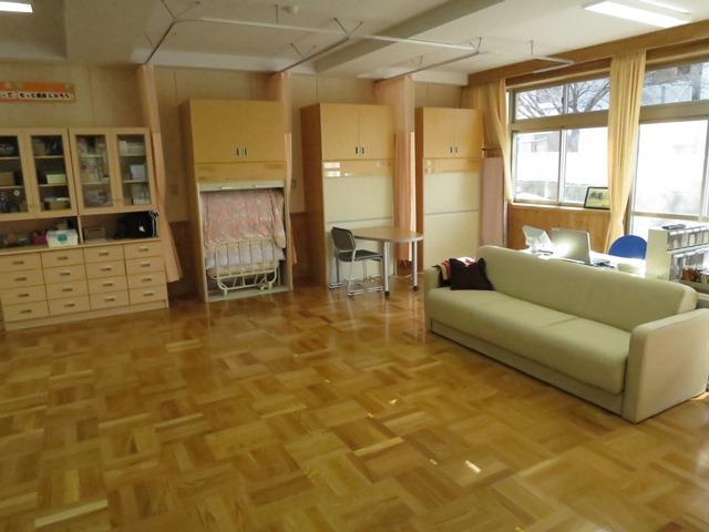 1階にある保健室。収納式のベッドが3つ。明るい保健室です。