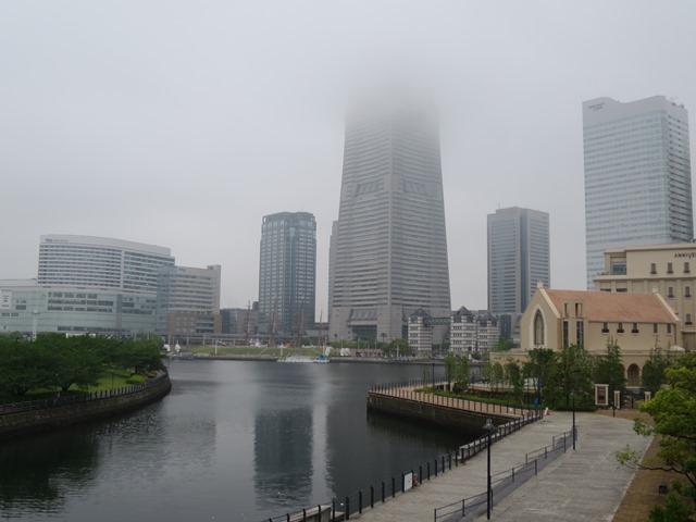 13日、横浜は小雨。ランドマークタワーには重い雲がかかっていました