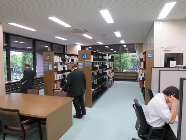 広く明るく快適な空間の議会図書室