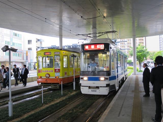 JR熊本駅前の熊本市電の停留所で。路面電車は魅力的です。