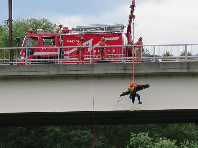 中州に取り残されたキャンパーの救助訓練。丹波島橋の上から救出する場面です。