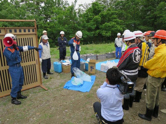住自協の皆さんが取り組んだ簡易な水防のための訓練。指定ゴミ袋やビニール袋に水を入れた「水嚢」を土嚢代わりにする訓練等が行われました。