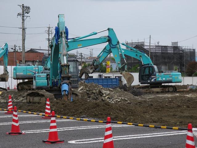 旧小矢沢商店の解体現場。奥に囲いをしている家屋が民家。