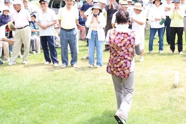 女性の部優勝の千原さん、副賞に会長作成の「猫はんてん」。後姿でごめんなさい。好評でした。