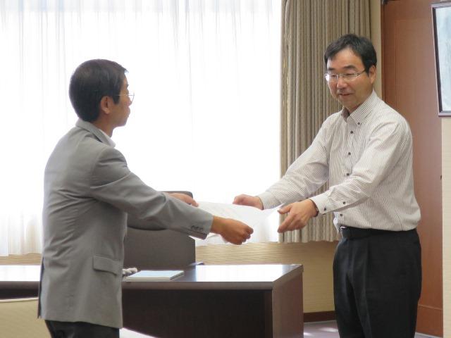 県タクシー協会長野支部の中村支部長から黒田副市長に要望書を提出
