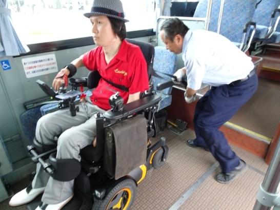 車いすをシートベルトで固定