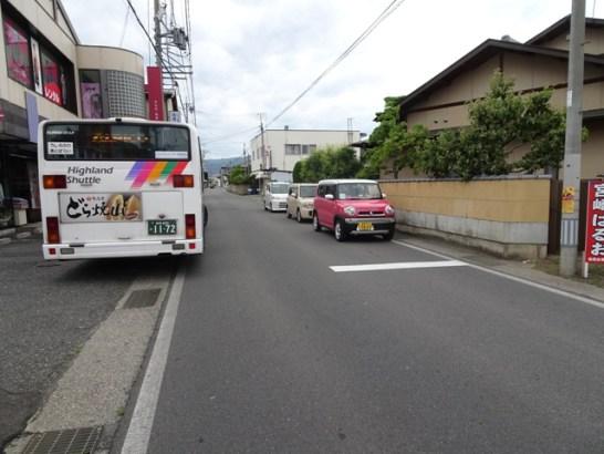 「しみづや呉服店」駐車場に路線バスが停車した状態。後続車にとって見通しは良くなっています。