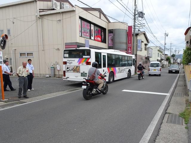 交差点信号に隣接する場所ですが、普通車の交互通行は可能なようです。