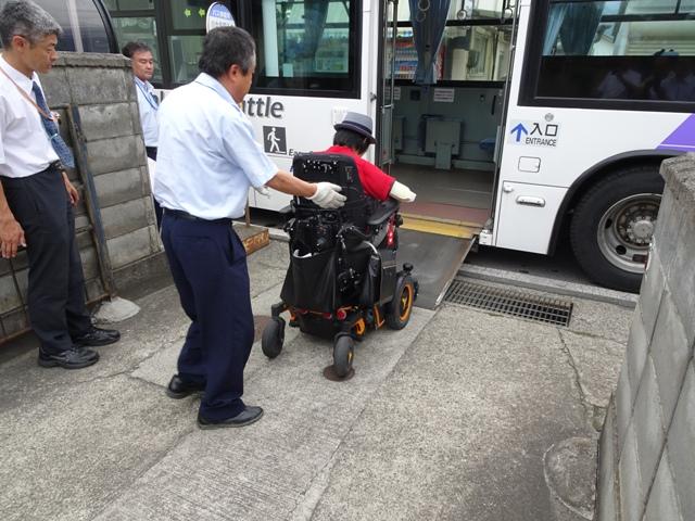 車いすの乗降そのものは可能です。追突事故等に対する不安感は拭えません。高齢者でも同じ環境ではありますが。