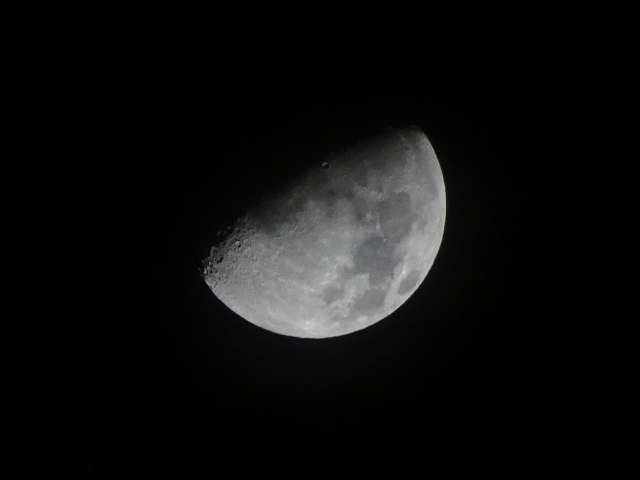 10月10日、ホテルから。月から見える地球、日本、沖縄、高江に想いを馳せる…