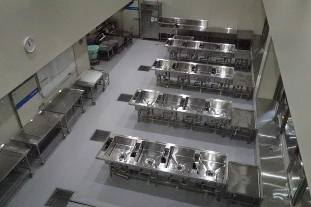 野菜の下処理室…溢れ出る水で3回洗います