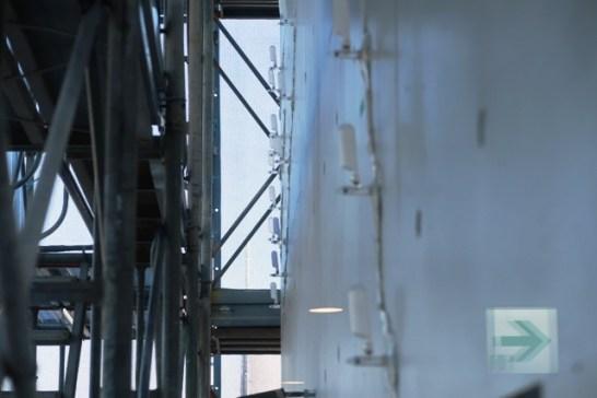 クラックに樹脂を注入する補修工事。第一庁舎7階、議会フロアーの外壁で。