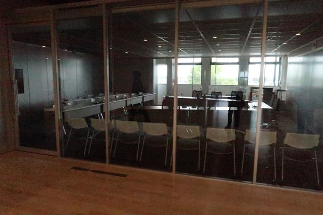 ガラス張りの議会・委員会室。ブライントが降りますがオープンです。ちょっと落ち着きませんが…