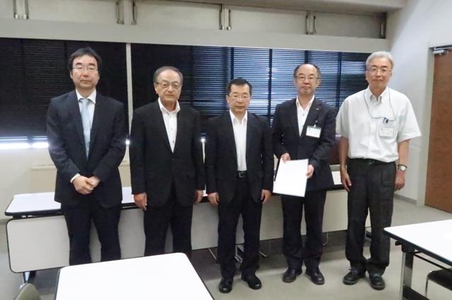 左から中村支部長、藤本理事長、冨田会長。そして市の上平都市整備部長、竹内保健福祉部長