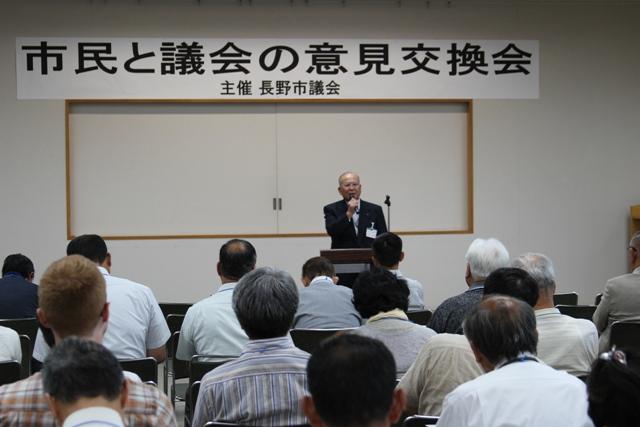 特別委員長がそれそれテーマの説明を行う。写真は松木・総合計画等調査研究特別委員長。