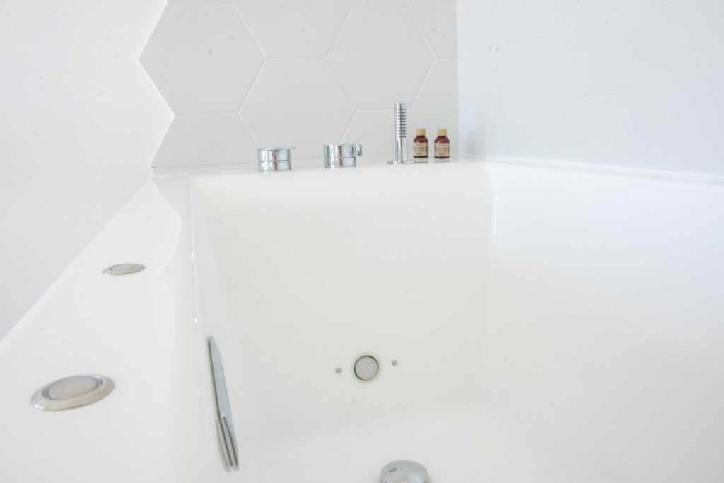 Appartement 15eme Droite Tour Perret - amiens tourisme - baignoire balnéo