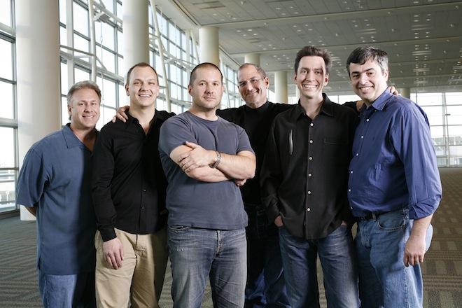 Jonathan Ive (bras croisés) à la droite de Steve Jobs. À droite d'Ive, Tony Fadell