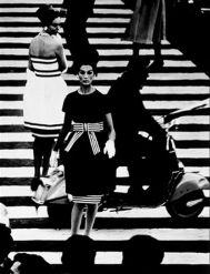 William Klein – Simone & Nina, Piazza di Spagna, Roma, 1960