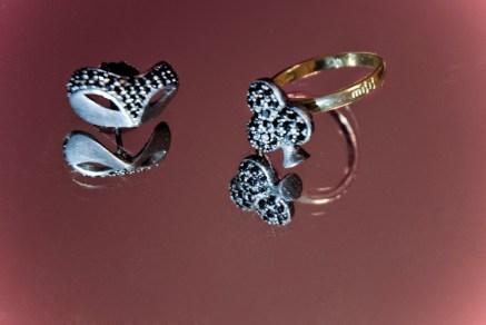 Orecchini mascherine argento brunito e zirconi neri. Anello placcato oro giallo con particolari carte da gioco in argento e zirconi bianchi e neri.