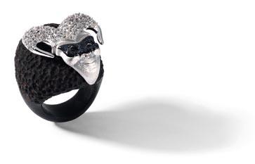 anello in ebano cesellato, maschera in argento satinato, zirconi bianchi e smalto nero