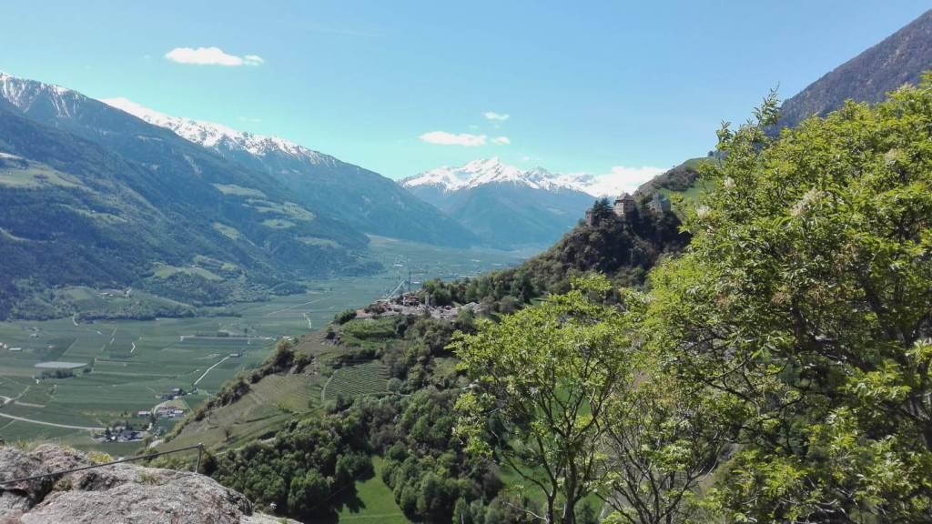 Klettern Meran Blick vom Klettersteig auf das Schloss Juval