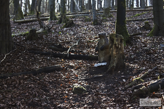 Plastik-Murmeltier im Wald