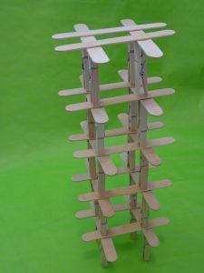 Věž ze špachtlí a kolíčků