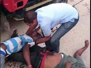 Dos hombres yacen muertos en el suelo tras sel asaltados por desconocidos en El Cercado.